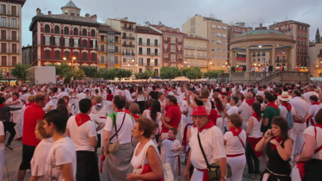 stockvideo's en b-roll-footage met ws traditional folk dancing plaza del castillo festival of san fermin / pamplona, navarre, spain - spanish culture