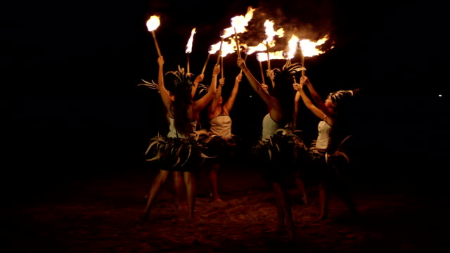 traditionellen hawaiian feuer hula-tänzer - stamm stock-videos und b-roll-filmmaterial