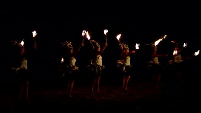 stockvideo's en b-roll-footage met traditional hawaiian fire hula dancers - polynesische etniciteit