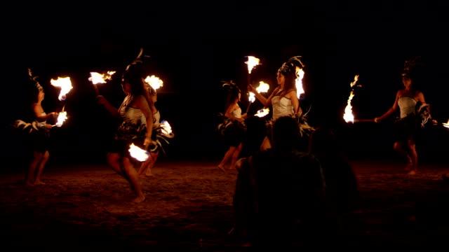 le tradizionali ballerine di hula fuoco hawaiana - polinesiano video stock e b–roll