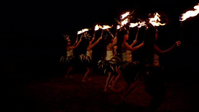 stockvideo's en b-roll-footage met traditional hawaiian fire hula dancers - polynesische etniciteit
