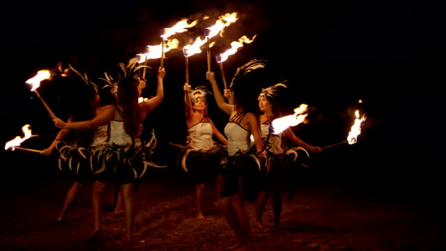 traditionellen hawaiian feuer hula-tänzer - hawaiianische kultur stock-videos und b-roll-filmmaterial