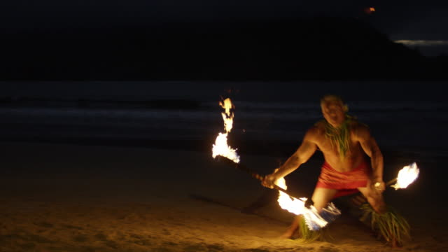 Traditionele Hawaiiaanse Fire Knife Hula danser