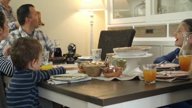 vídeos de stock e filmes b-roll de traditional holiday stuffed turkey dinner - família com quatro filhos