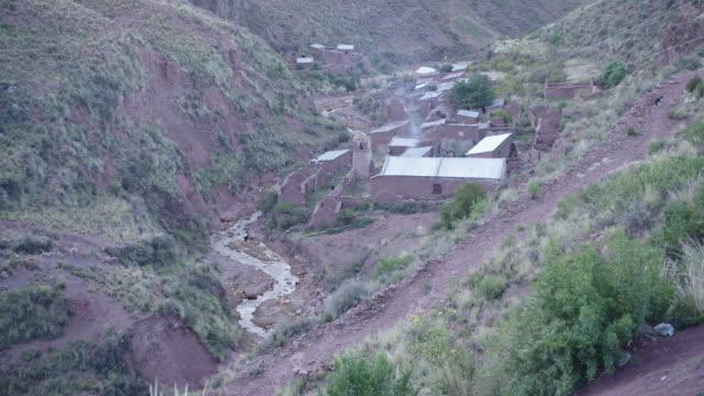 vidéos et rushes de traditional houses in mountain village / macha, bolivia - plaque de montage fixe