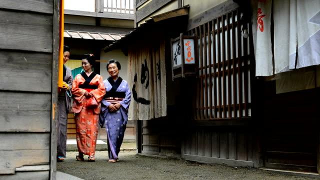 Tradizionale giapponese donne indossano yukata e parasole