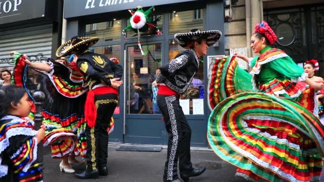 vidéos et rushes de traditional mexican dancers perform in front of the restaurant el cartel del taco during the annual music day fete de la musique on june 21 2020 in... - isore vincent