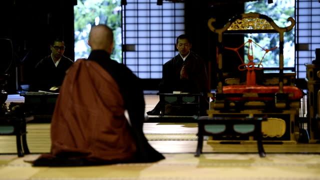 vídeos y material grabado en eventos de stock de monje ceremonia tradicional japonesa en un templo - alfombra de oración