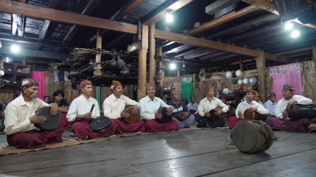vídeos de stock e filmes b-roll de traditional music wae rebo traditional village, flores indonesia. - telhado de palha