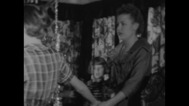 stockvideo's en b-roll-footage met a traditional norwegian family christmas circa 1950 - kerstboom