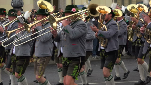 traditional parade at oktoberfest, munich, bavaria, germany, europe - marschieren stock-videos und b-roll-filmmaterial