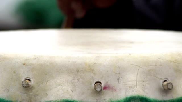 vídeos y material grabado en eventos de stock de hd: tradicional instrumento de percusión - muslo de pollo carne