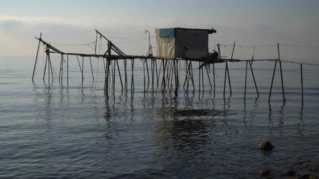 伝統的な釣り桟橋 - 掘建て小屋点の映像素材/bロール