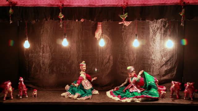 vidéos et rushes de traditional rajasthan puppet show, delhi, india - marionnette