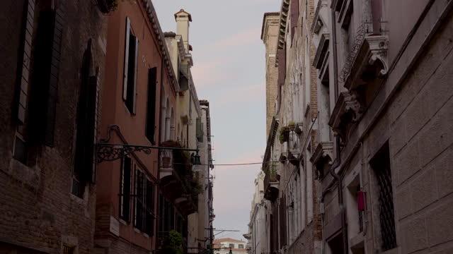 stockvideo's en b-roll-footage met traditional residential buildings in narrow alley in venice, italy - narrow