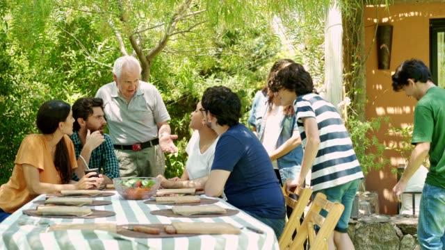 vidéos et rushes de réunion traditionnelle de la famille argentine - déjeuner