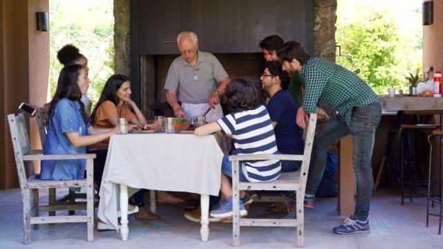 vídeos de stock e filmes b-roll de traditional reunion of argentinian family - gaúcho