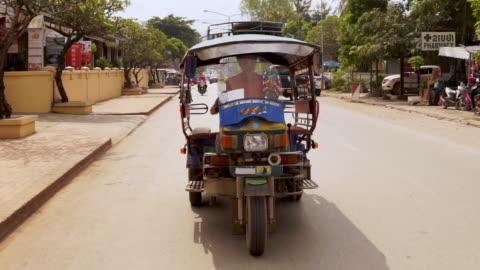 stockvideo's en b-roll-footage met traditional rickshaw tuk tuk taxi driver - unesco world heritage site