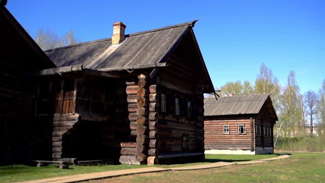 vídeos y material grabado en eventos de stock de casa de madera rusa tradicional - ruso europeo oriental