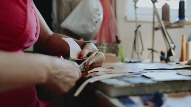 vídeos de stock, filmes e b-roll de fabricação tradicional da sapata - sapato