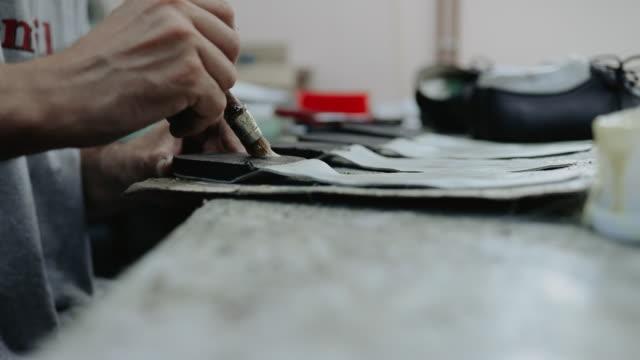 traditionelle schuhherstellung - maßkonfektion stock-videos und b-roll-filmmaterial