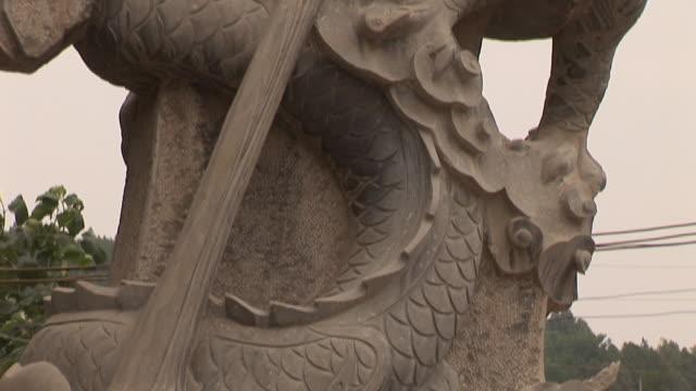 vídeos y material grabado en eventos de stock de cu tu traditional stone chinese dragon sculpture/ jinan, china - dragon chino