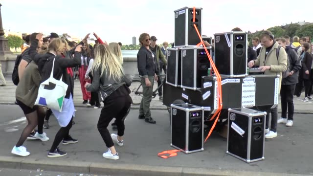 "stockvideo's en b-roll-footage met traditional street festival ""distortion"" starts in copenhagen, denmark on june 01, 2017. festival will long four days. according to denmark police,... - vervormd beeld"