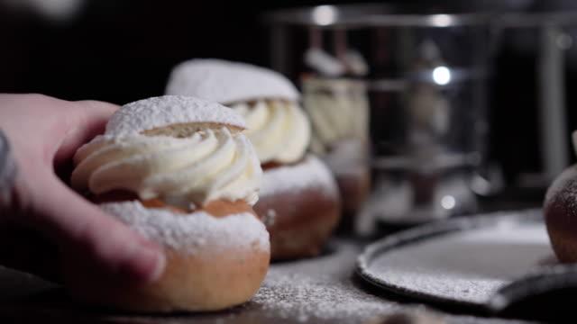 vidéos et rushes de dessert suédois traditionnel appelé semla - mardi gras fête religieuse