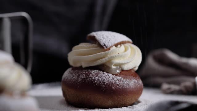 vidéos et rushes de dessert suédois traditionnel appelé vàrtsemla - mardi gras fête religieuse