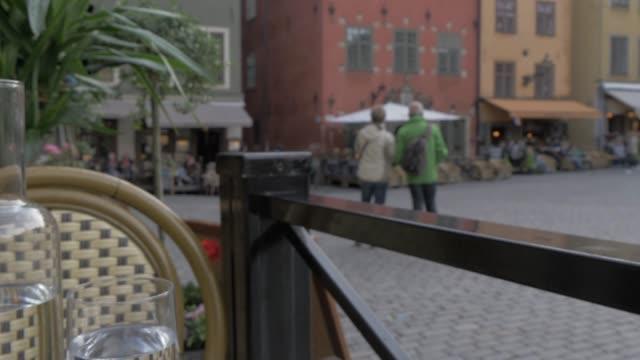 traditional swedish dish of meatballs at stortorget (historic old town square) restaurant, stockholm, sweden, scandinavia, europe - マッシュポテト点の映像素材/bロール
