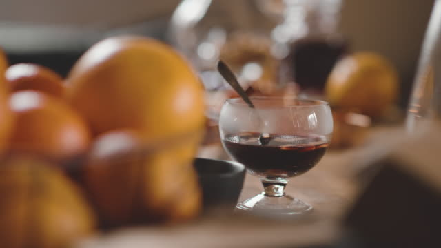 vídeos de stock, filmes e b-roll de tradicional sueca glögg mulled vinho em casa - cultura sueca