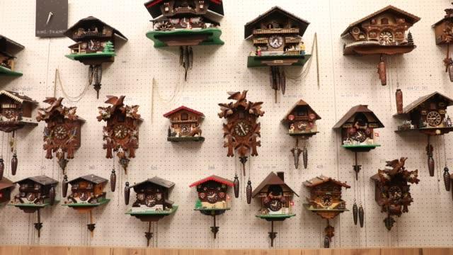 traditional swiss cuckoo clocks seen in a tourist shop on december 2nd, 2019 in interlaken, switzerland. - genauigkeit stock-videos und b-roll-filmmaterial
