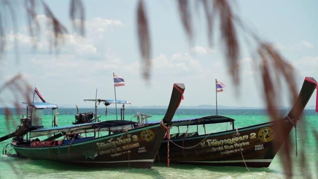 vidéos et rushes de bateaux traditionnels de queue de thailong - héritage