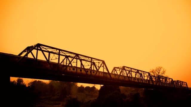 traditionelle zug überfahren rural eisenbahnbrücke am morgen in thailand. - klammer stock-videos und b-roll-filmmaterial