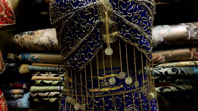 vídeos de stock, filmes e b-roll de traje de dança do ventre turca tradicional no grande bazar - antiquário loja
