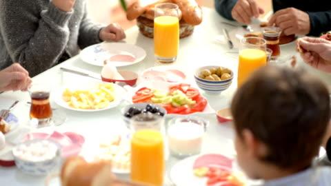 vídeos y material grabado en eventos de stock de montaje: turco tradicional desayuno familiar mejores momentos - desayuno