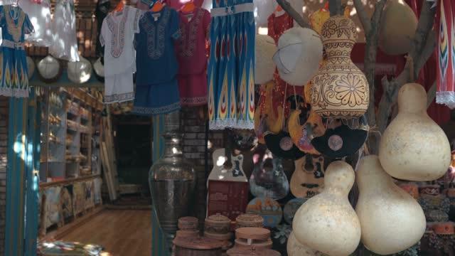 traditional uygur handicrafts sold in the market,kashgar, xinjiang, china - お土産点の映像素材/bロール