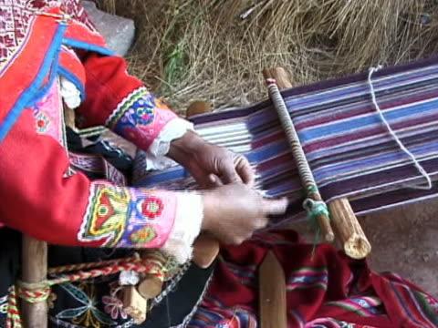 vidéos et rushes de fabrication traditionnelles d'alpaga, au pérou - péruvien