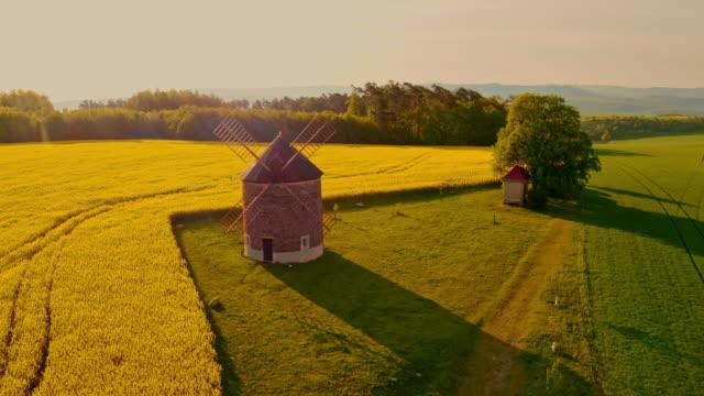 モラヴィアの田園地帯にある空中伝統的風車 - 礼拝堂点の映像素材/bロール