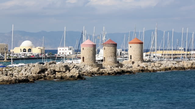 traditional windmills in rhodes harbour - insel rhodos inselgruppe dodekanes stock-videos und b-roll-filmmaterial