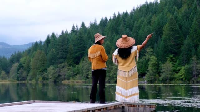 vidéos et rushes de la femme traditionnelle chante et bénisse pour remercier - minorité