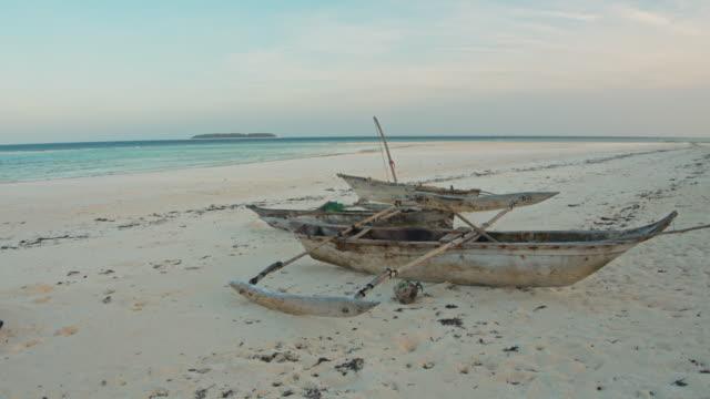 タンザニアのws伝統的な木造船 - タンザニア点の映像素材/bロール