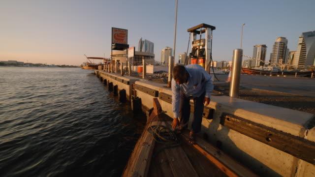 vídeos y material grabado en eventos de stock de pov- traditional wooden dhow boat at sunset - dubai - embarcación de pasajeros
