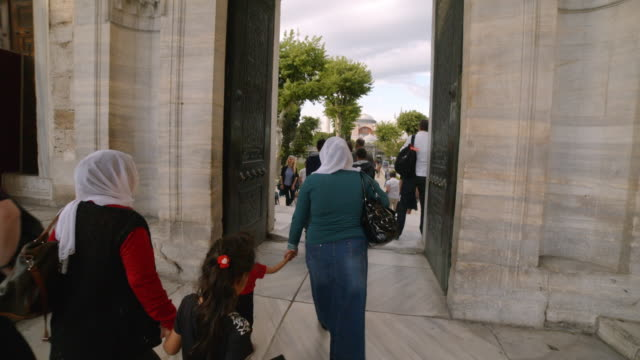 vidéos et rushes de traditionally dressed women in blue mosque, istanbul, turkey - islam