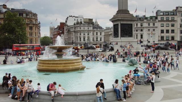 trafalgar square fountain crowds - 座る点の映像素材/bロール