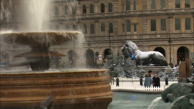 zo ws trafalgar square in winter / london, united kingdom - christmas decoration stock videos & royalty-free footage