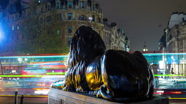 trafalgar square, london at night - time lapse - trafalgar square stock-videos und b-roll-filmmaterial