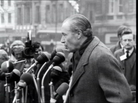 trafalgar square rally cs/side duncan sandys by microphones sof mr wilson's decision to break off negotiation with mr smith when agreement was almost... - 合意点の映像素材/bロール
