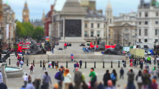 trafalgar square (time lapse and tilt shift effect) - wahrzeichen stock videos & royalty-free footage