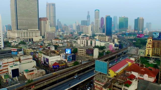 vídeos y material grabado en eventos de stock de tráfico en bangkok, edificio toma cenital de altura - tren elevado